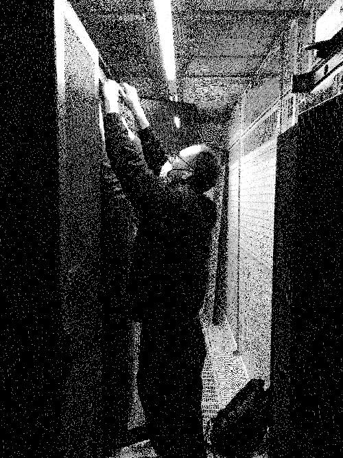 Denis in het datacenter sluit een server aan
